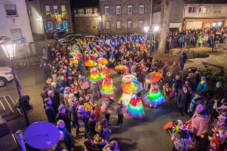D'r Zoch kütt ... tolle Fußgruppen mit leuchtenden Kostümen begeistern die Jecken entlang des Zugwegs in Kell. Foto: (c) Paul Koch, Kell