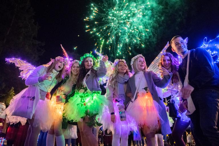 Jecke in leuchtenden Kostümen beim fastNachtZug in Kell freuen sich über das Höhenfeuerwerk. Foto: (c) Paul Koch